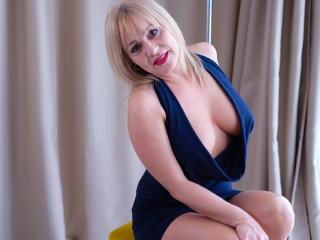 Voir le liveshow de  EmilyLowe de Xlovecam - 46 ans - Hello guys! My name is Emily, I am 40 years old, from Italy. I'm a sexy blonde with a tight body ...